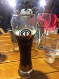 Genießen des deutschen Bieres stockfoto