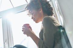 Genießen des frischen Kaffees lizenzfreie stockbilder