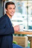 Genießen des frischen Kaffees stockfotografie