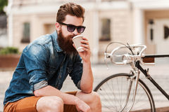 Genießen des frischen Kaffees lizenzfreies stockbild