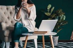Genießen des frischen Kaffees lizenzfreie stockfotos