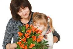 Genießen des Geruchs der Blumen Stockfotos