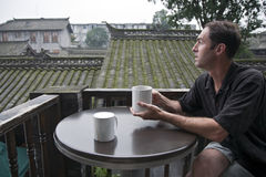 Genießen des Morgen-Kaffees Stockfotos