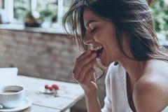 Genießen des netten Frühstücks stockbilder