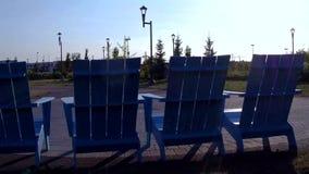 Genießen des Sommers in den langen Stühlen stock video