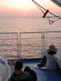 Genießen des Sonnenuntergangs lizenzfreie stockbilder
