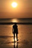 Genießen des Sonnenuntergangs Lizenzfreie Stockfotos