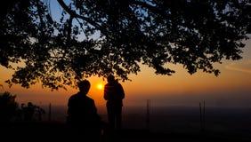 Genießen des Sonnenuntergangs an Becici-Spitze, Yogyakarta, Indonesien lizenzfreies stockfoto