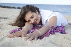 Genießen des Strandes Stockbild