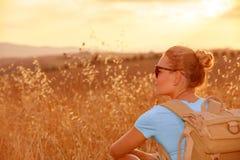 Genießen des Weizenfeldes im Sonnenuntergang lizenzfreie stockfotografie