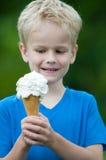 Genießen einer Eiscreme Lizenzfreie Stockfotos