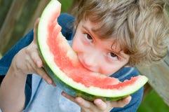 Genießen einer massiven Scheibe der Wassermelone Lizenzfreie Stockbilder