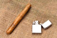 Genießen einer Zigarre Lizenzfreie Stockfotografie