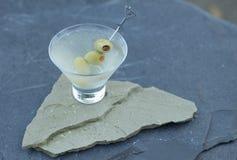 Genießen eines frisch gerüttelten schmutzigen Gins Martini an einem warmen Sommerabend mit Freunden und Familie während einer Hin lizenzfreie stockfotografie