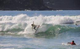 Genießen eines Momentes, das Surfen in Maresias erwägend, Brasilien lizenzfreies stockbild