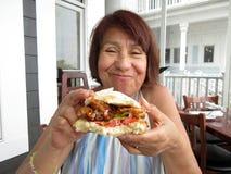 Genießen eines Weich-SHELL-Krabben-Sandwiches Lizenzfreies Stockfoto