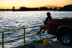 Genießen etwas späten Tagesfischens stockfotografie