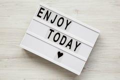 ` Genießen heute ` Wort auf modernem Brett über weißem hölzernem Hintergrund, stockfotografie