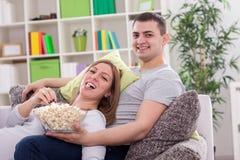 Genießen im Popcorn Lizenzfreie Stockfotografie