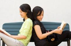 Genießen junge Frau zwei zu lesen Stockfotografie