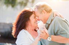 Genießen liebevolle Mitte gealterte Paare ein romantisches verlangsamen Tanz draußen lizenzfreies stockfoto