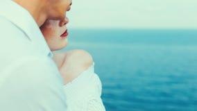 Genießen Sie den Sommer Junger Mann und Frau, die das Meer bereitsteht und Ansicht genießt Sommer-Konzept zusammen genießen stockfotos