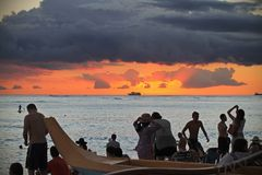 Genießen Sie den Sonnenuntergang mit dem Boot in einem Horizont lizenzfreie stockbilder