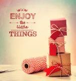 Genießen Sie die Kleinigkeiten mit kleinen Geschenkboxen lizenzfreie stockbilder