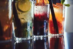 Genießen Sie ein Getränk Gefrorene Getränke in den Cocktailgläsern in der Bar Alkoholiker mischte Getränke mit Eis Saftige Geträn lizenzfreie stockbilder