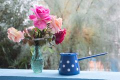 Genießen Sie einige Freizeit auf der Terrasse mit Rosenblumenstrauß lizenzfreies stockbild