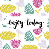 Genießen Sie heute Inspirationssagen, Bürstenbeschriftung am tropischen Hintergrund mit Hand gezeichneten Palmblättern und exotis