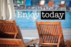 Genießen Sie heute Poolside-Stühle lizenzfreies stockfoto