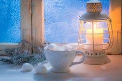 Genießen Sie Ihre süße und heiße Schokolade mit Eibischen am kalten Abend stockbilder