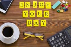 Genießen Sie Ihre Tagesaufschrift auf Holztisch stockfoto