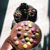 Genießen Sie Ihren kleinen Kuchen! Stockbild