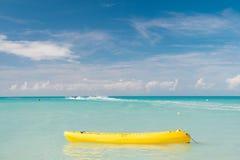 Genießen Sie Sommer Geben Sie aufregende stjohns Antigua Besetzung der Ferien aus Seetürkiswasser-Gelbkanu nahe Strand extrem stockfotos