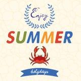 Genießen Sie Sommervektortypographie mit Krabbe auf Blumen Lizenzfreies Stockbild