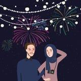 Genießen tragender Schalschleier der Paarfrau die Feuerwerksfestival-Nachtfeier, die zusammen glücklich ist Stockbilder