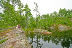 Genießen von einem ruhigen See Stockfotos