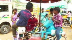 Genießen von Ferris Wheel im Freizeitpark stock video