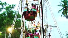 Genießen von Ferris Wheel im Freizeitpark stock footage