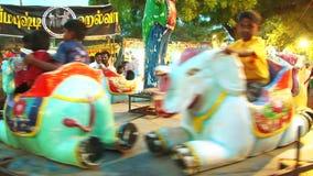 Genießen von Ferris Wheel im Freizeitpark stock video footage