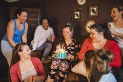 Genießen von Geburtstags-Feiern lizenzfreies stockbild
