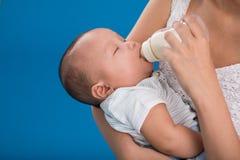Genießen von Milch Lizenzfreie Stockfotografie
