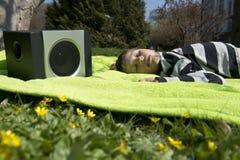 Genießen von Musik von den drahtlosen und tragbaren Sprechern Lizenzfreie Stockbilder