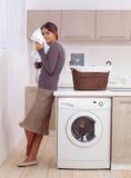 Genießt einen Geruch der gewaschenen Sachen lizenzfreie stockfotografie