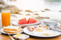 Genießen des Frühstücks nahe tropischem Seesommerkonzept stockbilder