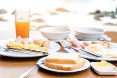 Genießen des Frühstücks nahe tropischem Seesommerkonzept lizenzfreies stockfoto
