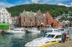Genießen des Sommers im schönen Bergen norwegen lizenzfreie stockfotografie