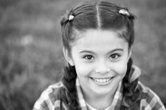 Genießen von Herbstzeit Kleines Kinderglückliches Lächeln Glückliches Kind auf Herbstlandschaft Mädchenkind haben etwas Spaß im H lizenzfreies stockbild